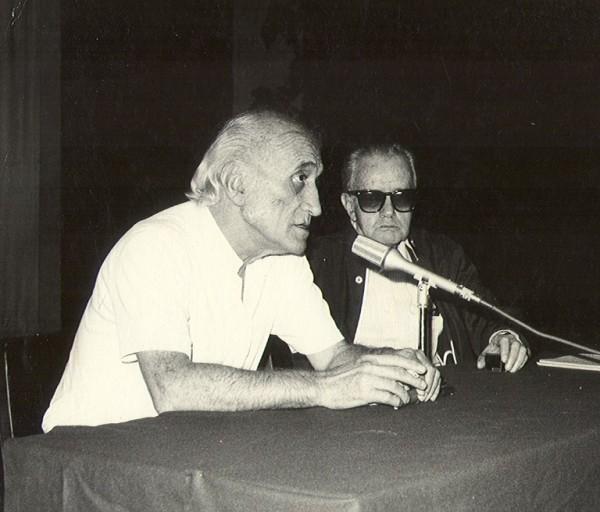Gonzalo Villa Chávez y su amigo, el escritor Juan Rulfo en una conferencia para la Escuela de Arquitectura de Colima.